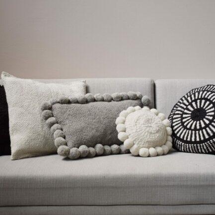 Coussin en laine blanc et noir Finca Home - Ambiance 3