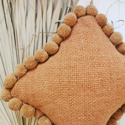Coussin 50x50 pompons ocre - Finca Home