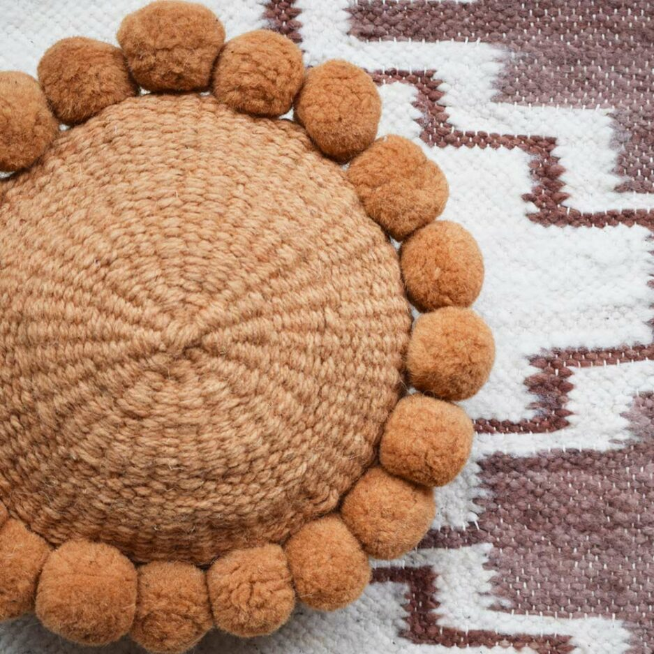 Coussin ethnique en laine blanc et ocre Finca Home - Ambiance 2