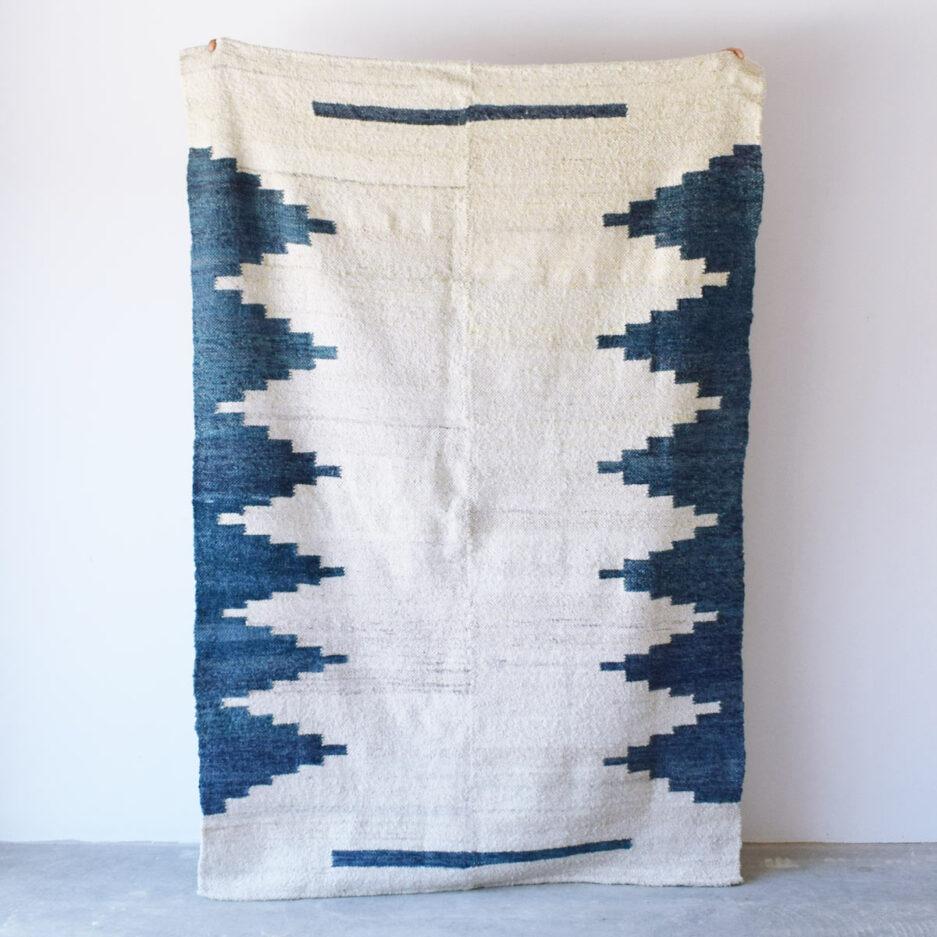 Tapis en laine motifs ethniques bleu Finca Home