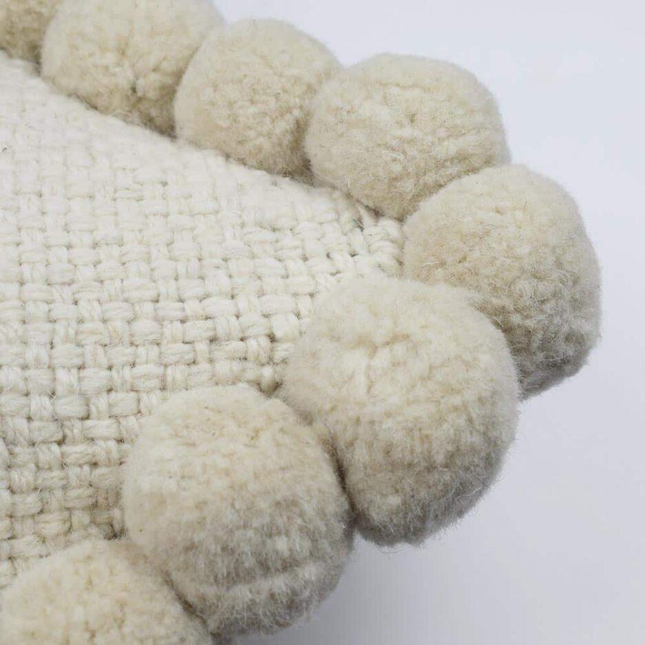 Coussin ethnique 50x50 pompons blanc Finca Home - Zoom