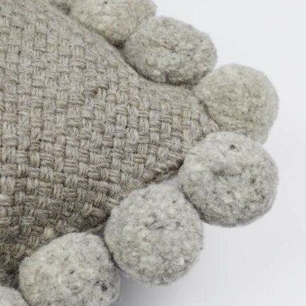 Coussin ethnique 50x50 pompons gris Finca Home - Zoom