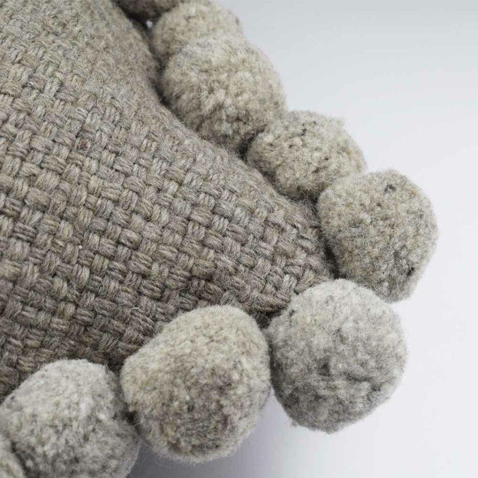 Coussin ethnique à pompons 30x60cm gris Finca Home - Zoom
